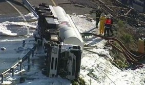 Vuelca un camión cisterna en Bilbao y derrama parte del gasóleo