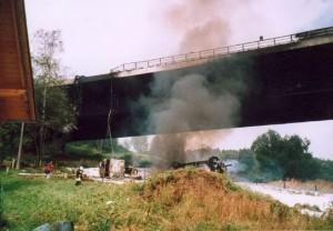 Camión cisterna en el puente de Wiehltal. (Alemania)