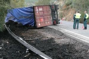 Vuelca un camión con 4.000 kilos de tierra contaminada