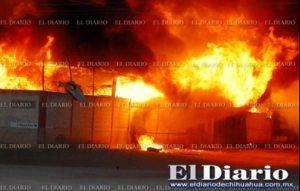 Explota tanque de gasolina e incendia maderería