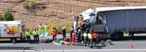 Una colisión entre dos camiones, uno con gas, deja atrapado a un conductor